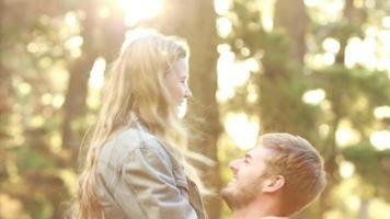 feliz pareja siendo romanticos juntos