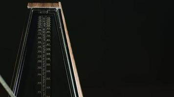 il metronomo vintage batte il ritmo