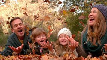 família feliz se divertindo juntos video