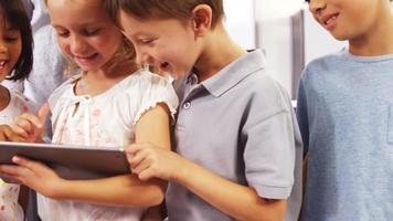 enfants utilisant ensemble un ordinateur tablette