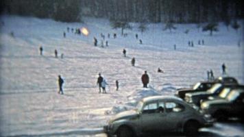 montreal, canada 1975: guida sulla stazione sciistica proprio accanto alla strada, parcheggio sulle piste.
