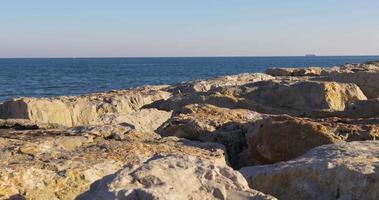 Muelle de roca de luz de día en el mar Mediterráneo 4k España