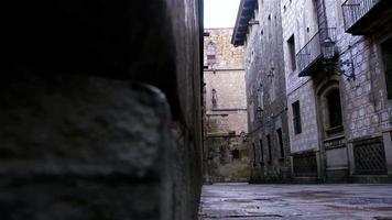 strada vuota nel quartiere gotico di barcellona, dolly