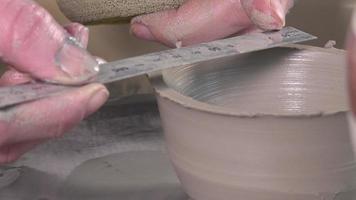 vasaio che lavora con l'argilla