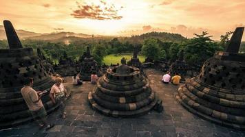 Statue de Bouddha en stupa ouvert dans le temple de borobudur au coucher du soleil à java, indonésie. timelapse fullhd - Java, Indonésie