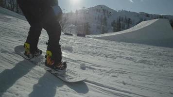 rallentatore: snowboarder che guida giù per ferrovia