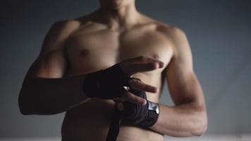 combattente che avvolge le sue mani