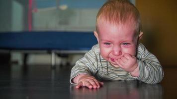 niño pequeño tirado en el suelo y llorando