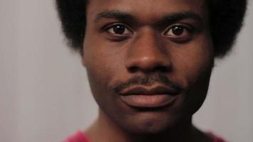 rostro de hombre afroamericano, sonriendo video