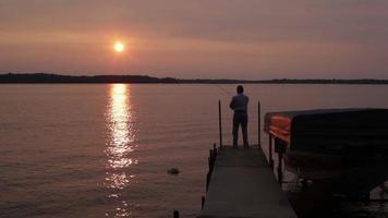 pêche au coucher du soleil video