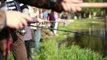 pescador puxa a linha de pesca no carretel