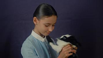 engraçado coelhinho da Páscoa está brincando com a garota. video