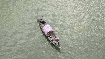 Les femmes de pêcheurs sur petit bateau tirant un filet de pêche sur la rivière,