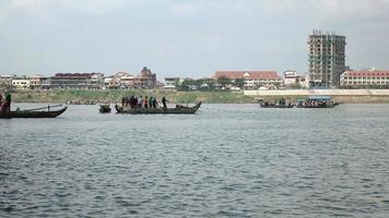pescatori in barche che sollevano una grande rete fuori dall'acqua