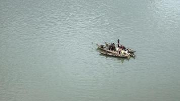 piccole barche da pesca sul fiume ancorate fianco a fianco per utilizzare una grande rete da pesca