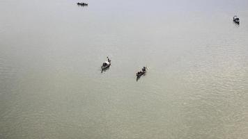 bateaux de pêche autour de descendre la rivière