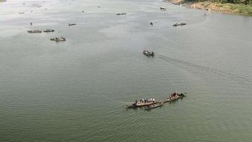 bateaux de pêcheurs soulevant leurs grands filets hors de l'eau