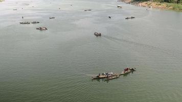 lasso di tempo delle barche dei pescatori che sollevano le reti fuori dall'acqua
