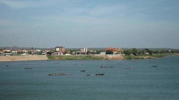 barche di pescatori che sollevano una grande rete fuori dall'acqua