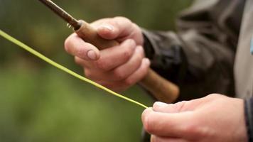 pescador con mosca manejando su línea