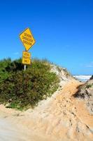 signo de erosión de la playa foto