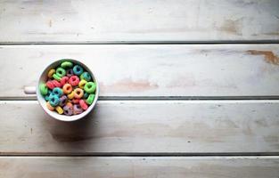 Vista superior del cereal en una mesa blanca