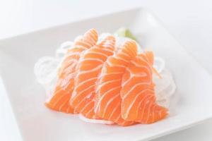 sashimi de salmón en un plato foto