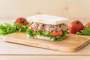 sándwich de atún sobre tabla de madera