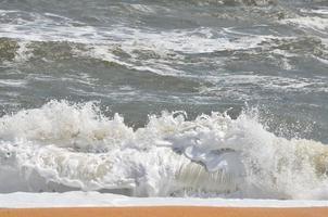 olas del mar rompiendo en la playa