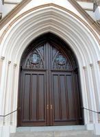 entrada de la iglesia de madera