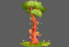 niños asomando detrás del árbol