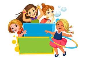 niños felices jugando alrededor del tablero en blanco