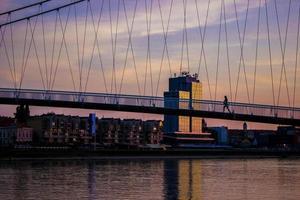 persoon die over een brug loopt
