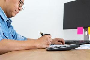 empresario en oficina con computadora en el lugar de trabajo