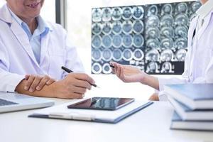 médico profesional discutiendo un método con el paciente para el tratamiento foto