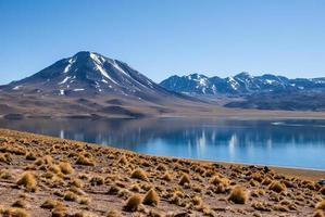 lago en las montañas en san pedro de atacama