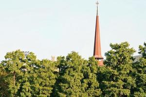 torre de la iglesia detrás de los árboles