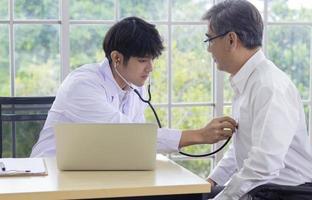 doctor examinando paciente