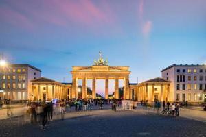 La puerta de Brandenburgo en Berlín por la noche foto
