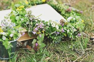 corona floral de primavera en el libro