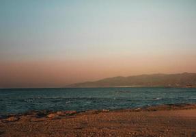 Creta mare al tramonto con bel cielo sfumato foto