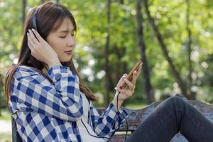 mujer asiática usando audífonos