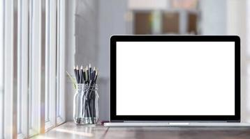 maqueta de laptop con tarro de lápices