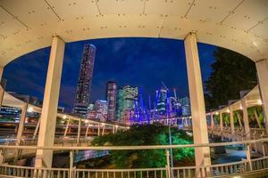 Brisbane skyline van de stad bij schemering