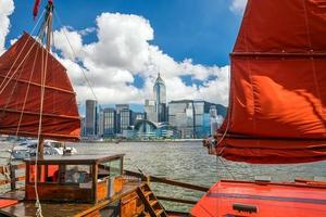 Victoria Harbour Hong Kong con barco vintage