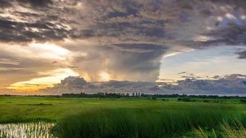 nube de yunque al atardecer