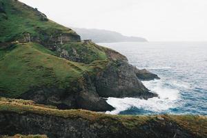 un camino y colinas junto al mar