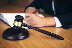 close-up de um martelo de juiz foto