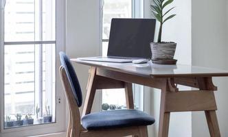 portátil con una pantalla en blanco en una oficina en casa