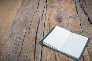 caderno em uma mesa de madeira foto